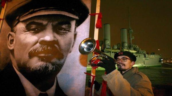 Un comunista toca la trompeta junto a un cartel de Vladimir Lenin, durante una manifestación para conmemorar el aniversario de la Revolución Bolchevique en 2006.