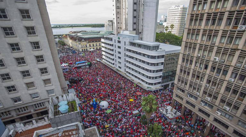 Los actos a favor de Luiz Inácio Lula da Silva se iniciaron este martes en Porto Alegre (sur), antes de la llegada del expresidente brasileño, quien enfrentó el juicio.