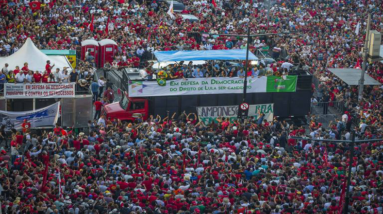 El Partido de los Trabajadores (PT), el Movimiento de trabajadores rurales Sin Tierra (MST) y otros grupos de izquierda se movilizaron hacia la capital de Rio Grande do Sul en más de 200 autobuses procedentes de todo el país, de acuerdo con los organizadores.