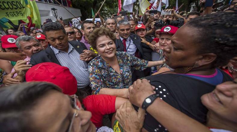 """La exmandataria Dilma Rousseff (2011-2016), participó en la movilización y denunció """"la tercera etapa del golpe""""."""