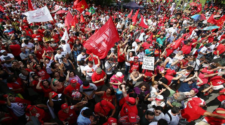 """""""Salimos a la calle porque defendemos a Lula con uñas y dientes y porque lo consideramos como el mejor presidente de Brasil"""", afirmó uno de los participantes, Albingo Barzi."""