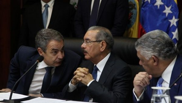 Dominican President Danilo Medina (C) at Venezuelan government and opposition meeting in the Dominican Republic.