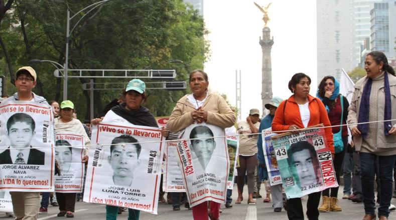 Tras la desaparición de los 43 normalistas de Ayotzinapa se llevó a cabo este viernes una concentración en la capital mexicana.