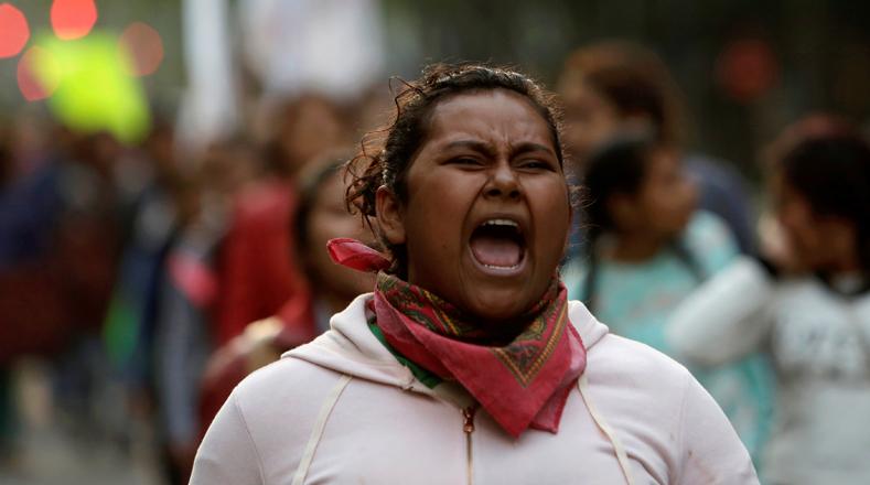 """Estas fueron algunas de las consignas que se escucharon durante la marcha de este viernes: """"Justicia para Ayotzinapa"""" """"Nos faltan 43"""" y """"Te busco hermano""""."""