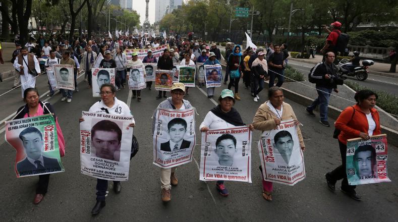 La Fiscalía mexicana alega que fueron incinerados por miembros del cártel Guerreros Unidos y lanzados en el basurero de Cocula (localidad cercana a Iguala), pero expertos forenses argentinos y los familiares negaron esa versión.