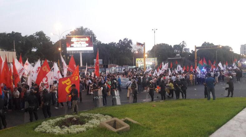 El recorrido, que inició a las 17H00 (hora local), partió del Campo de Marte con rumbo hacia la Plaza San Martín, en Lima (capital), donde planearon un acto político-cultural.