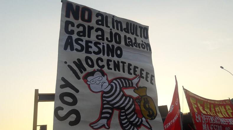 Los asistentes llevaron pancartas con mensajes que expresaban su desacuerdo con la decisión del Ejecutivo a favor de Fujimori, quien cumplía una condena de 25 años por crímenes contra derechos humanos.