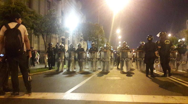 A través de las redes sociales, los usuarios reportaron que oficiales de seguridad, quienes estuvieron presentes a lo largo del recorrido, reprimieron en varias oportunidades a los manifestantes.