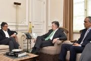 Colombia's President Juan Manuel Santos (C) at a meeting with peace commissioner Rodrigo Rivera (R), and chief peace negotiator Gustavo Bell (L).