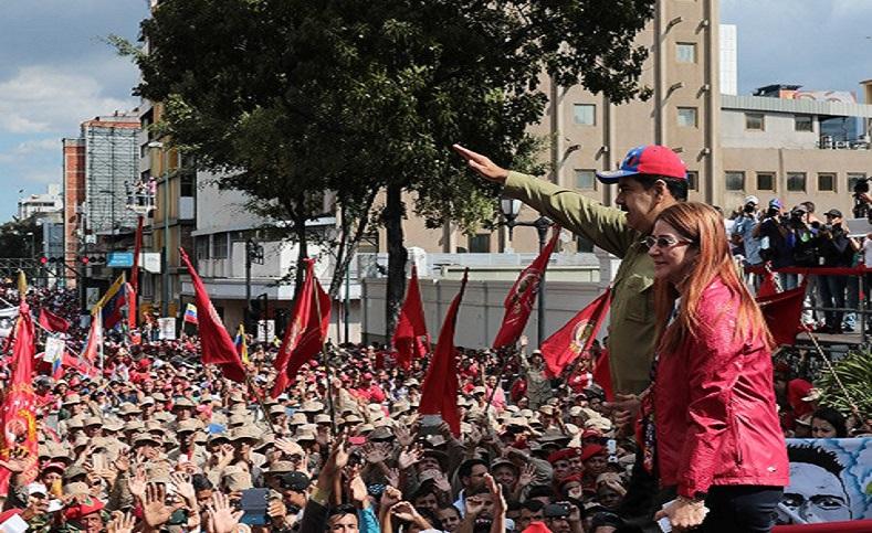 El presidente de Venezuela Nicolás Maduro y la primera combatiente Cilia Floresasistieron este domingo a la conmemoración de los 26 años de la rebelión cívico militar de 1992 comandada por Hugo Chávez, que dió paso a la revoluciónBolivariana.