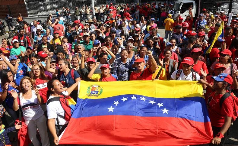 Durante el evento celebrado en las afueras del Palacio presidencial de Mirafloresel mandatario reconocióal pueblo venezolano por su masiva asistencia y sulealtad a la Revolucióny al legado de Chávez.