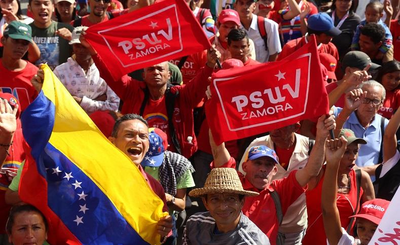 """""""En el Día de la Dignidad Nacionalqueda demostrado que (...)Chávez está más vivo que nunca en su pueblo hecho poder, desplegado en las calles, plazas y avenidas de Caracas"""", dijo Maduro."""