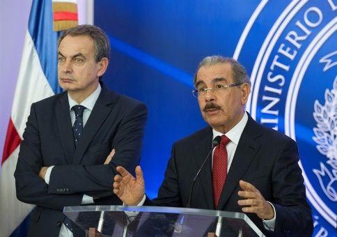 El presidente dominicano, Danilo Medina (d), habla acompañado por el expresidente español, José Luis Rodríguez Zapatero sobre el acuerdo de paz para Venezuela