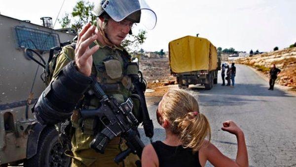 """Sobre Tamimi pesan 12 delitos, entre ellos, """"incitación a la violencia"""" y obstrucción de las funciones de un soldado israelí."""