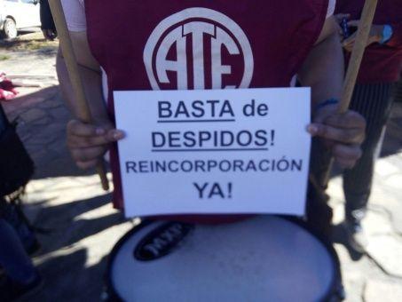 """Los trabajadores marchan bajo el grito de """"¡Basta de despidos!""""."""