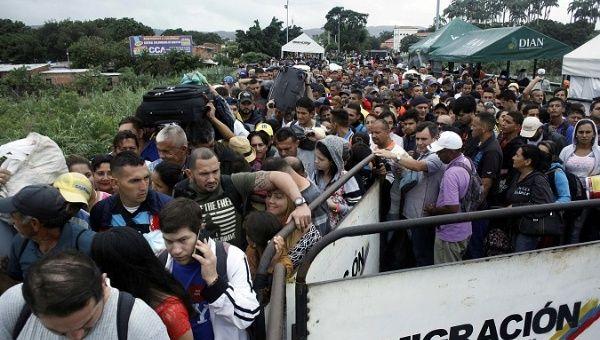 La gente hace cola para tratar de cruzar a Venezuela desde Colombia a través del puente internacional Simón Bolívar en Cúcuta, Colombia 13 de febrero de 2018