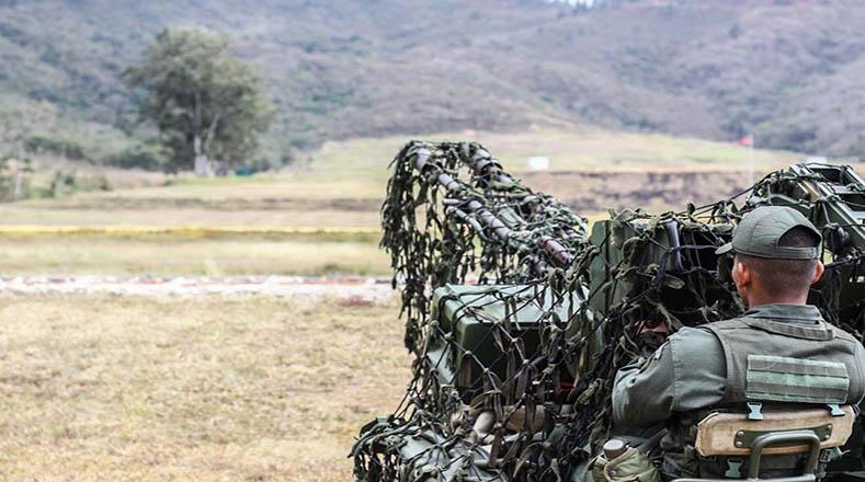 Las prácticas incluyeron disparo de proyectiles en blancos no agresivos para simular batallas militares.