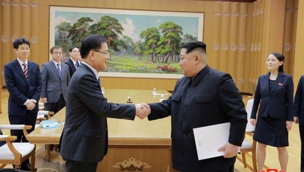 El líder norcoreano Kim Jong Un estrecha la mano con Chung Eui-yong, quien encabeza una delegación especial de Corea del Sur