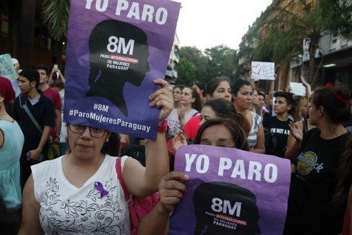 Mujeres paraguayas se movilizan en el centro de Asunción con motivo del Día Internacional de la Mujer y en adherencia al paro internacional convocado para la fecha