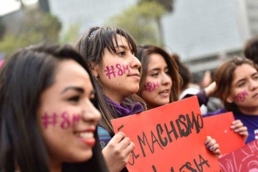 Mujeres manifestándose