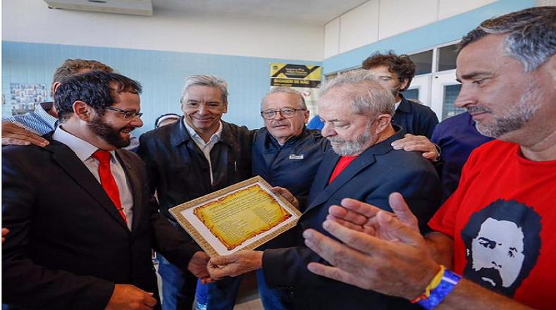 La caravana inició en la universidad pública de Unipampa en la provincia de Bagé, fronteriza con Uruguay. Lula estuvo acompañado por estudiantes egresados .