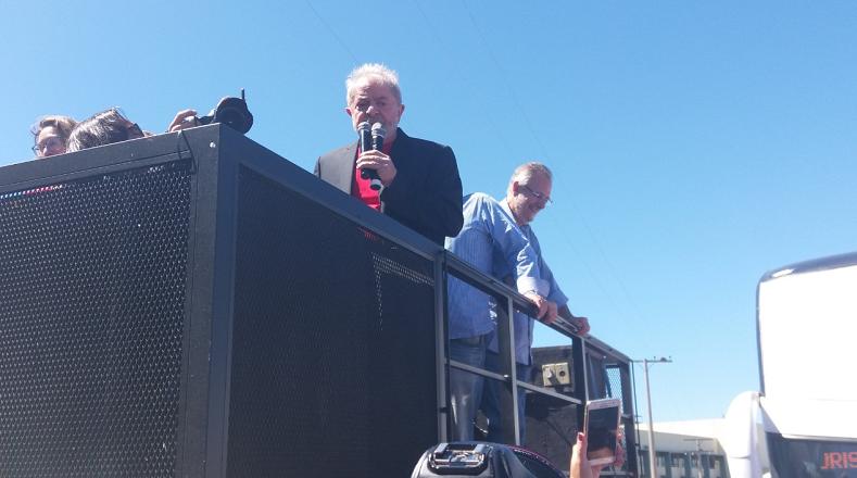 Lula dio un mensaje a los miles de seguidores que aguardaban por su llegada.