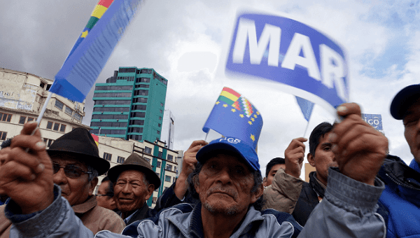 "Bolivians gather in La Paz to rally in support of the maritime claim. The sign reads ""Sea."""