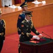 Militantes del Ejército Popular de Liberación de China preparan una copia de la Constitución para que Xi Jinping juramente, al término de la quinta sesión plenaria del NP.