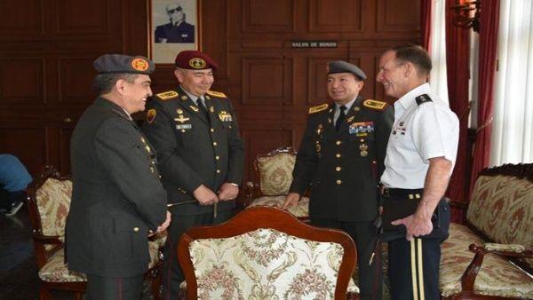 El teniente general del Comando Sur, Joseph P. DiSalvo (D), se reunió con integrantes de las Fuerzas Armadas de Ecuador.