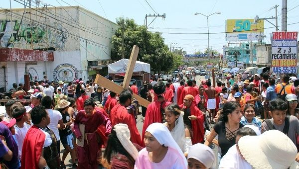 Roman Catholic devotees in Acapulco dressed as ancient Romans and biblical figures flee a Good Friday procession in panic.