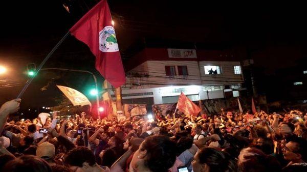 Gran cantidad de personas están a las afueras del Sindicato de Metalurgia dispuestos a evitar que Lula sea detenido.