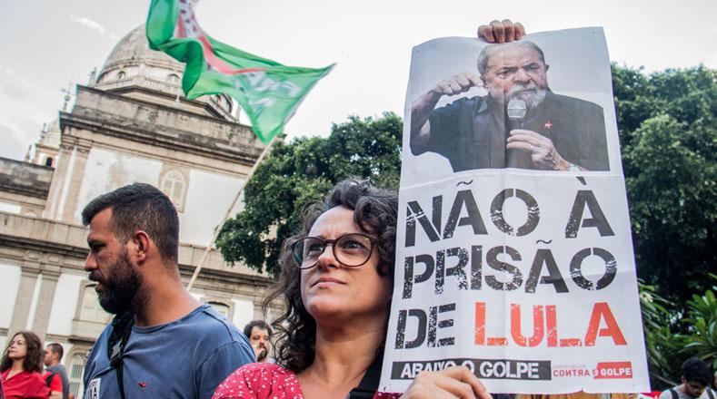 La movilización de Rio de Janeiro inició en La Candelaria, centro de la ciudad, hasta la plaza de Cinelandia, donde los manifestantes llegaron en compañía de varias organizaciones sociales.