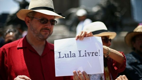 """Demonstrators hold a sign that reads """"Lula free"""" in support of former Brazilian President Luiz Inacio Lula da Silva at Angel de la Independencia monument in Mexico City"""