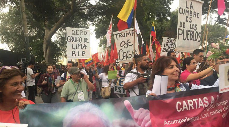 Mujeres, hombres, campesinos, indígenas y otras fuerzas sociales coreaban cantos de aliento a las luchas antimperialistas y a la unidad de los pueblos latinoamericanos.