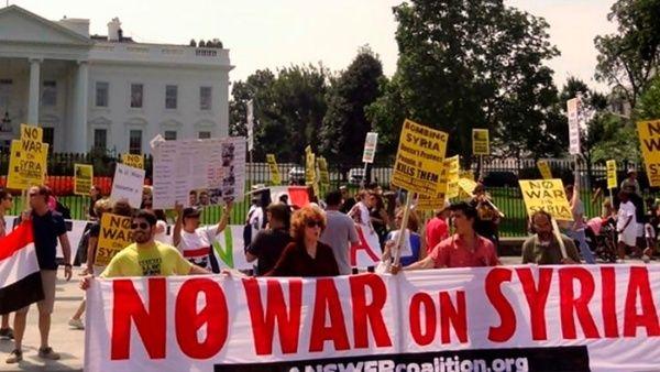 """Los manifestantes sostenían carteles con frases como """"No war on syria"""" (""""No a la guerra en Siria"""")."""