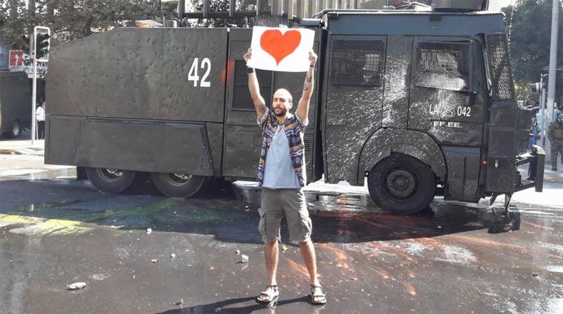 Denuncian que los Carabineros lazaron agua con químicos y gases lacrimógenos a los manifestantes.