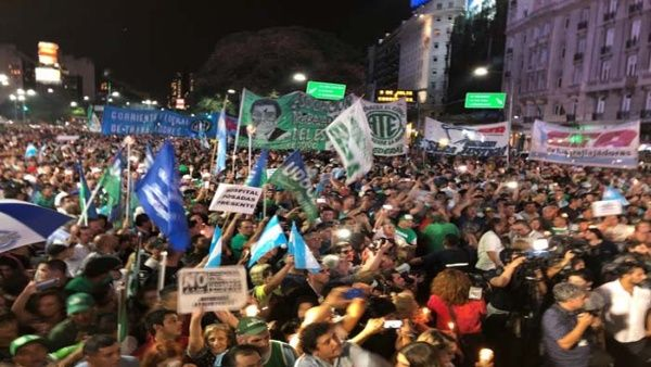 Desde el Congreso hasta el Obelisco cientos de argentinos marcharon con velas para protestar por el aumento en la electricidad.