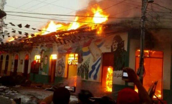 Grupos vandálicos destruyen y queman el CUUN en León, donde habían archivos históricos nicaragüenses.