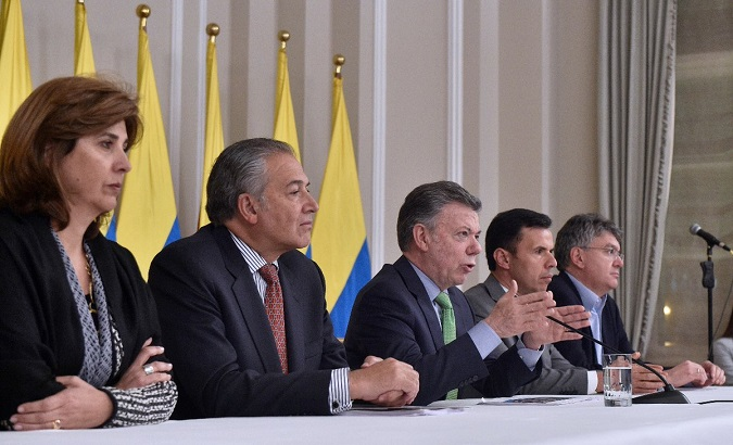 Juan Manuel Santos (c), flanked by members of Colombia's post-conflict cabinet.