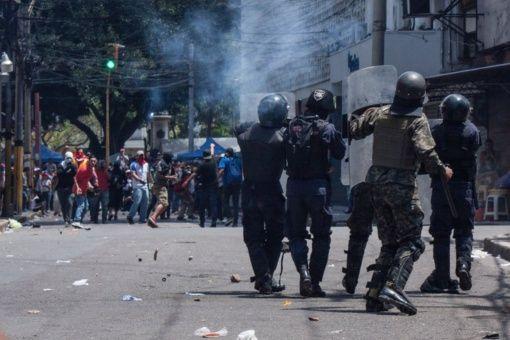 5dd241f6e8 Policía y Ejército reprimen marcha en Honduras
