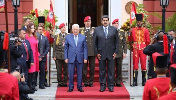 El presidente palestino, Mahmoud Abbas, se reúne con el presidente venezolano, Nicolás Maduro, en el Palacio de Miraflores en Caracas.