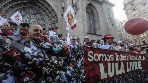 Cientos de brasileños han pedido que Lula sea puesto en libertad.