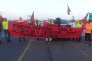 While picketing, the workers pointed out that Aguadulce Minera was violating agreements and dismissing workers.