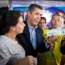 Henri Falcon showing a US$100 bill on May 8, 2018 in Caracas