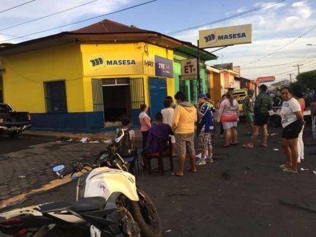 Comercios fueron destruidos y saqueados por grupos encapuchados, denunciaron testigos.