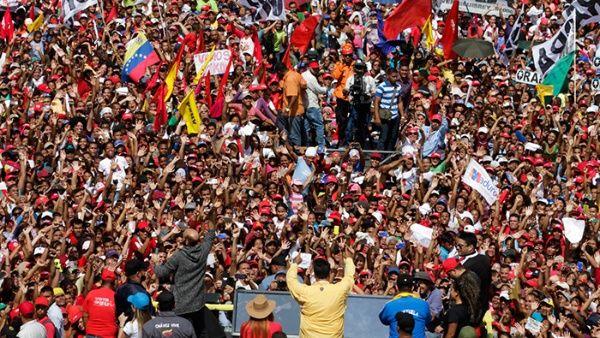 El abanderado por el Frente Amplio para la Patria, Nicolás Maduro, visitó Charallave, Carabobo y Anzoátegui.