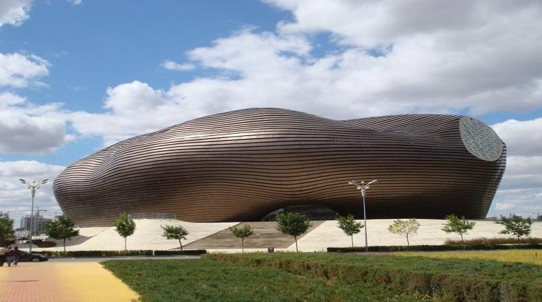 El Museo de Ordos ubicado en China fue inaugurado en 2011. Ejemplifica una ciudad que el Gobierno chino construyó recientemente en Mongolia Interior, en medio del desierto de Gobi. El armazón metálico de la fachada busca emular la forma de las dunas. Fue diseñado en 2005 y se tardó seis años en ser terminado, es uno de los proyectos arquitectónicos más ambiciosos hechos en China.