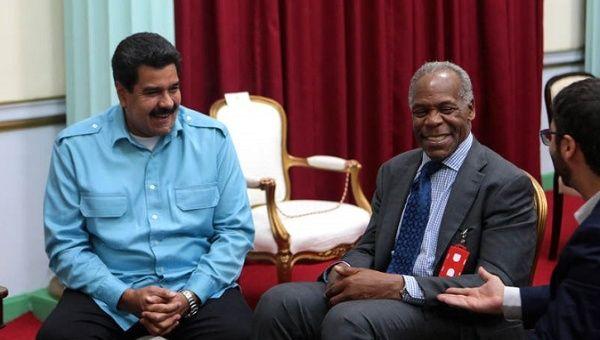 Venezuelan President Nicolas Maduro (L) with U.S. actor Danny Glover.