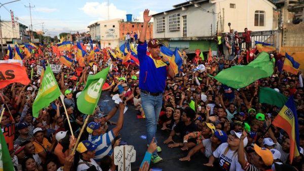 El candidato opositor Henri Falcón reiteró su propuesta de dolarizar la economía del país.
