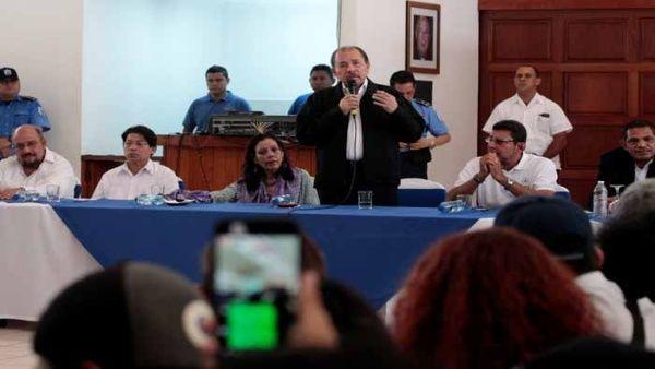 El presidente Daniel Ortega (c) encabezó la primera ronda de la mesa de diálogo el miércoles.